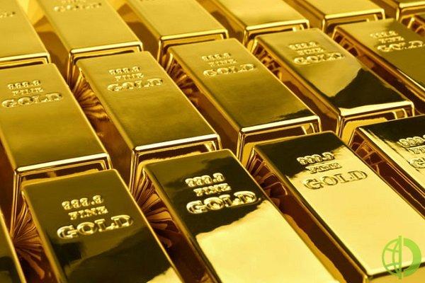 Курс золота: Цена на слитки растет, поскольку доллар остается под давлением