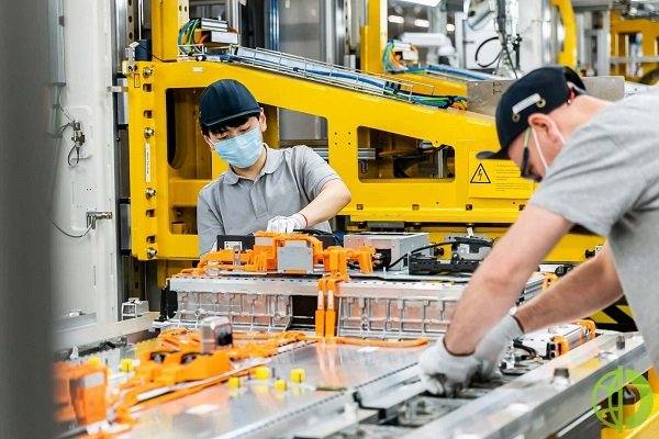 Представляя свою стратегию электрического будущего, компания заявила, что вместе с партнерами построит восемь заводов по производству батарей